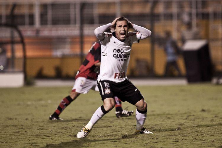 Bruno César lamenta gol claro perdido por ele durante o segundo tempo, quando o jogo estava empatado. O Corinthians sofreu, mas suou para vencer por 2 a 1.