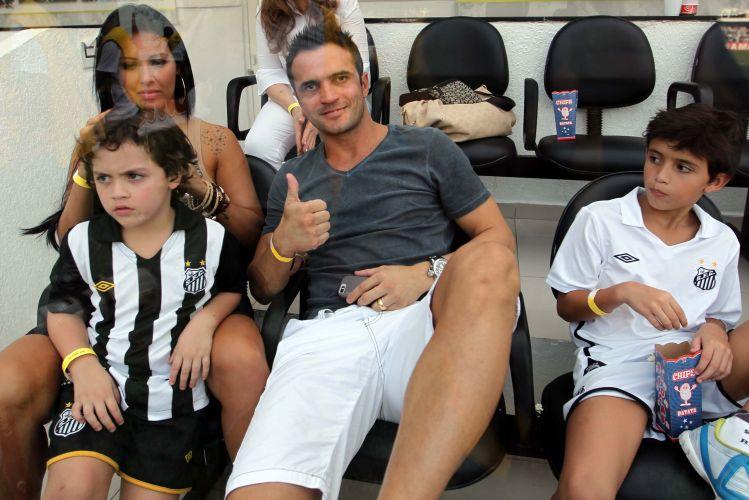 Falcão, estrela do time de futsal do Santos, se prepara para assistir à partida decisiva contra a Ponte Preta, pelo Paulista, em um dos camarotes da Vila Belmiro.
