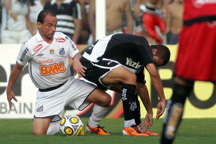 Léo disputa a bola com o marcador da Ponte Preta. O Santos joga a partida das quartas do Paulista em casa por ter feito a melhor campanha na primeira fase.