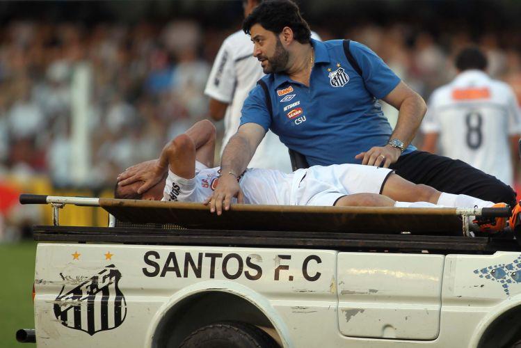Léo deixa o gramado da Vila Belmiro com dores no joelho. Depois da vitória por 1 a 0 sobre a Ponte Preta, no entanto, o lateral tranquilizou a torcida e disse que deve jogar pela Copa Libertadores.
