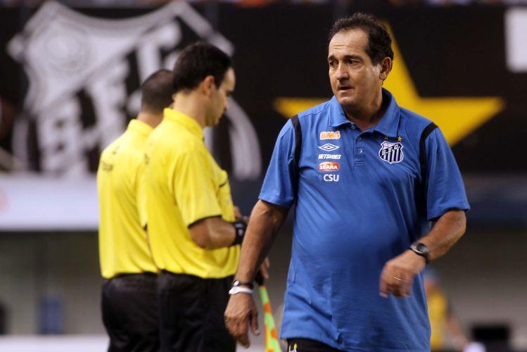 Muricy Ramalho deixa o gramado da Vila Belmiro após ver o seu Santos bater a Ponte Preta por 1 a 0, com gol de Neymar, e avançar às semifinais do Paulistão.