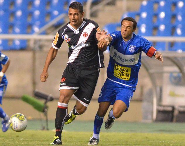 Diego Souza briga pela bola para o Vasco na partida contra o Olaria; Vasco vence com gol de Éder Luis e se garante na final