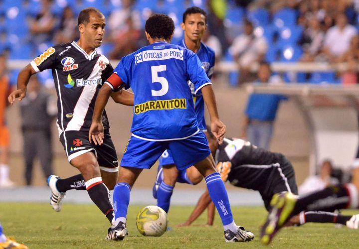 Felipe tenta passar pela marcação do Olaria na semifinal da Taça Rio; Vasco vence com gol de Éder Luis e se garante na final