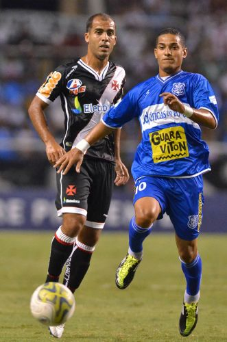Felipe disputa bola com Renan Silva na partida contra o Olaria pela semifinal da Taça Rio; Vasco vence com gol de Éder Luis e se garante na final