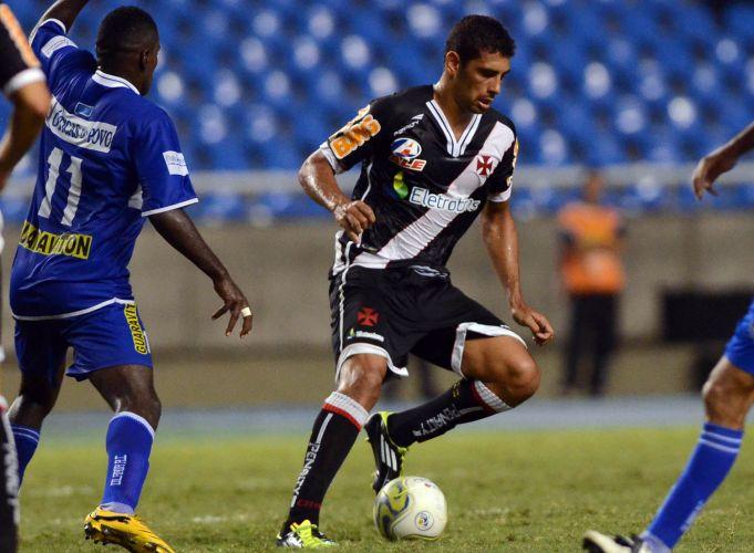 Diego Souza domina a bola contra a marcação do Olaria na vitória do Vasco por 1 a 0