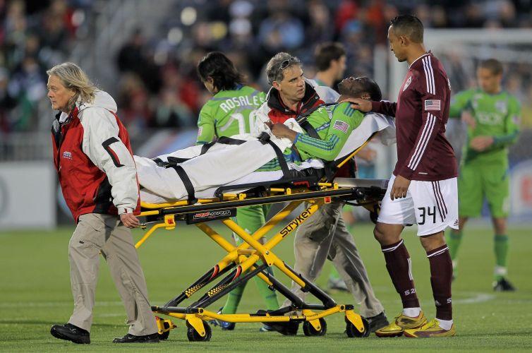 Steve Zakuani, do Seattle Sounders, é retirado de maca após sofrer fratura na perna, consequência de uma entrada violentíssima de Brian Mullan, do Colorado Rapids. Lance aconteceu aos 3min de jogo