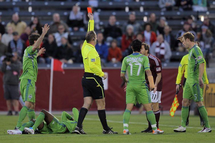 Juiz expulsa Brian Mullan, do Colorado Rapids, por entrada violenta em Steve Zakuani, do Seattle Sounders, que quebrou a perna e deixou o campo de maca nos Estados Unidos