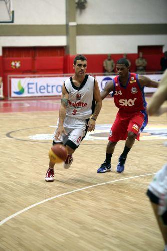 Paulinho Boracini passa pela marcação de Shamell no duelo entre Joinville e Pinheiros