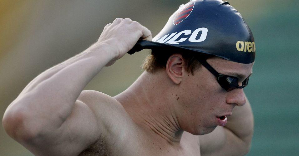 Cesar Cielo coloca touca para nadar no parque aquático Júlio Delamare, no Rio de Janeiro, durante o Tentativa Mundial; Cielo não disputa os 50 m livre e vence os 100 m borboleta