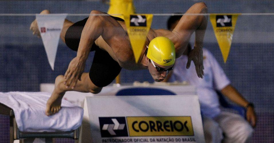 Bruno Fratus nada no parque aquático Júlio Delamare, no Rio de Janeiro, durante o Tentativa Mundial buscando índice para competir em Xangai