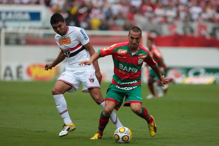 Jovem Casemiro, do São Paulo, aperta a marcação no confronto com a Portuguesa, na Arena Barueri, pelas quartas de final do Paulista. Time tricolor venceu por 2 a 0 e se classificou