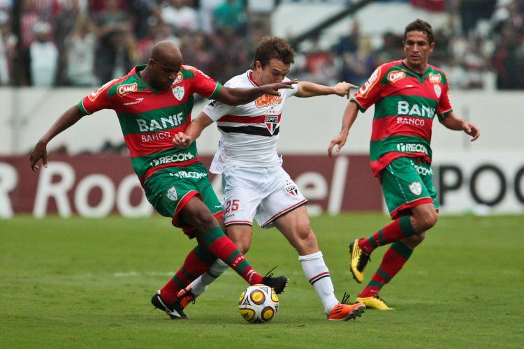 Domingos (e) e Dagoberto duelam na defesa da Portuguesa; São Paulo foi o líder da fase classificatória e venceu por 2 a 0 para chegar até as semifinais neste domingo