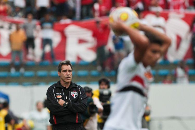 Carpegiani dá instruções no São Paulo nas quartas de final contra a Portuguesa, em Barueri. Time tricolor saiu na frente com gol de Ilsinho e sacramentou a vitória por 2 a 0 com gol de Dagoberto