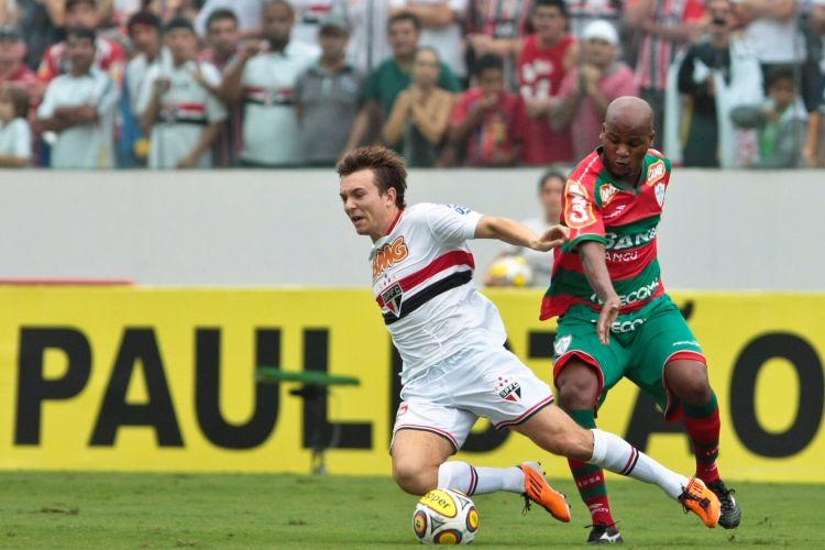 Dagoberto e Domingos duelam na defesa da Portuguesa; São Paulo foi o líder da fase classificatória e entrou para as quartas de final como favorito à vaga, confirmando tal condição com a vitória por 2 a 0