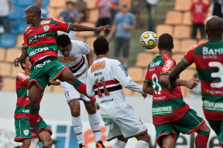 Ilsinho aparece atrás da defesa da Portuguesa e cabeceia para fazer 1 a 0 para o São Paulo, na Arena Barueri, pelas quartas de final do Paulista