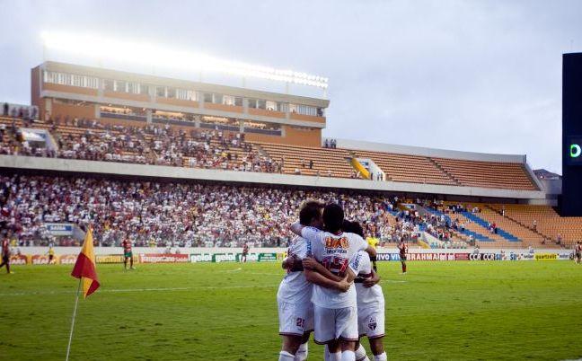 São-paulinos comemoram gol de Dagoberto, o segundo na vitória por 2 a 0 sobre a Portuguesa, na Arena Barueri. O time tricolor pega o Santos na semifinal