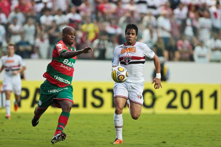 Domingos e Henrique disputam bola durante a vitória por 2 a 0 do São Paulo sobre a Portuguesa, em Barueri