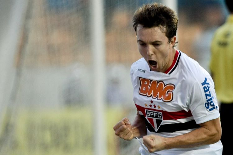 Dagoberto vibra com seu gol, o segundo do São Paulo no triunfo por 2 a 0 sobre a Portuguesa, em Barueri, pelas quartas de final do Paulista