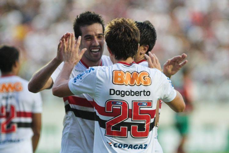 Autor do primeiro gol são-paulino, Ilsinho parabeniza Dagoberto, que fez o segundo na vitória por 2 a 0 sobre a Portuguesa, pelas quartas do Paulista