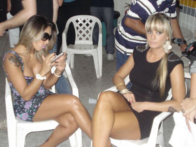 As panicats Dani Bolina e Juliana Salimeni aguardam para conversar com Neymar. Elas foram até o CT do Santos para gravar uma matéria para o programa Pânico na TV, na qual procuravam iniciar um