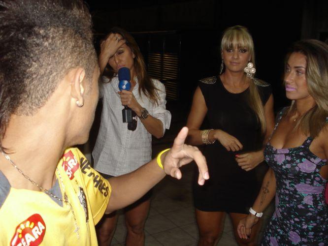O atacante Neymar foi alvo de brincadeiras de Sabrina Sato e as panicats Dani Bolina, Juliana Salimeni e Nicole Bahls. Jogador conversou com integrantes do programa Pânico na TV, que tentaram iniciar um
