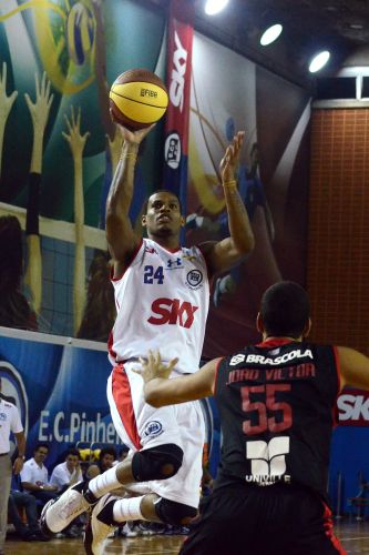 Norte-americano Shamell tenta anotar mais dois pontos contra Joinville. Pinheiros venceu nesta terça e abriu 2 a 0 na série melhor de cinco