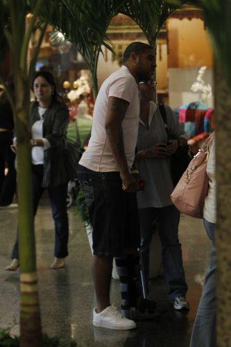 Adriano passeia em shopping no Rio de Janeiro. Atacante descumpriu a recomendação de evitar pisar com o pé esquerdo, operado, e foi visto caminhando de muletas e bota ortopédica