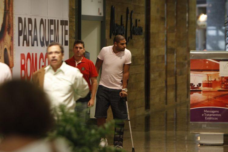 Adriano, que deveria evitar ao máximo pisar com o pé operado nos 15 dias seguintes à sua cirurgia, é visto passeando em shopping no Rio