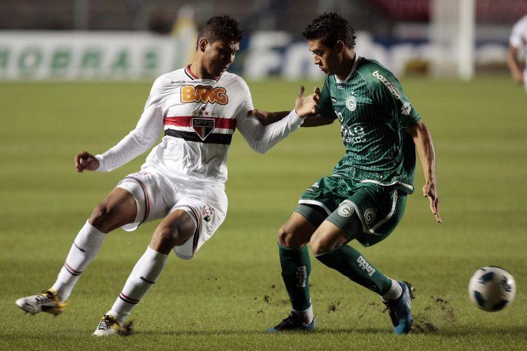 Casemiro tenta escapar da marcação do Goiás em jogo das oitavas de final da Copa do Brasil no Morumbi