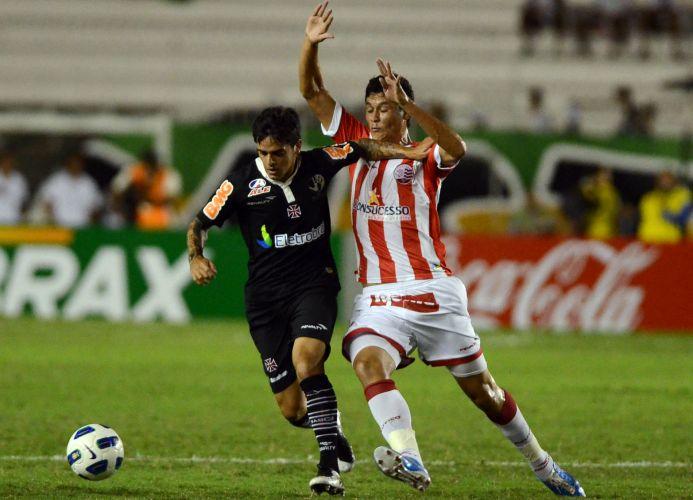 Fágner tenta escapar da marcação na partida contra o Náutico