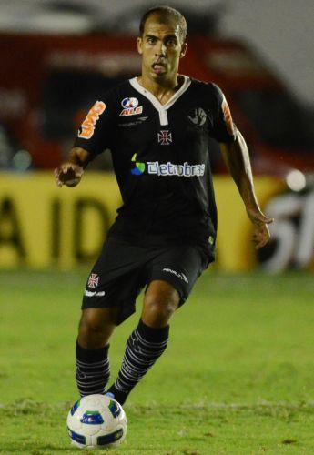 Felipe domina a bola para o Vasco na partida contra o Náutico em São Januário
