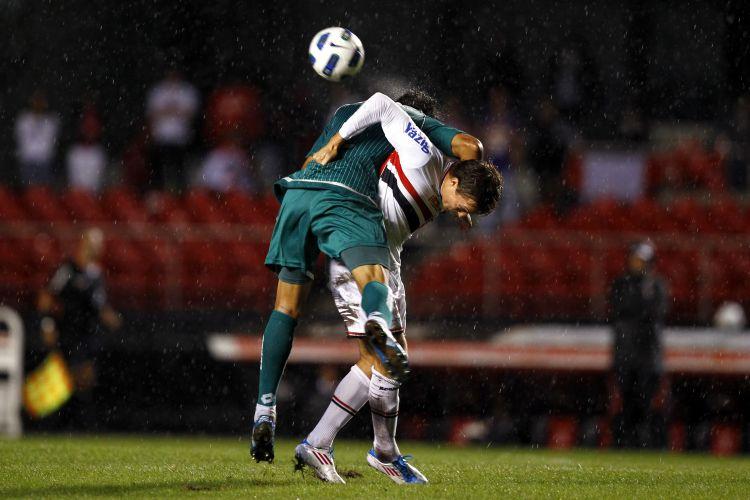 Dagoberto disputa a bola com defensor do Goiás na vitória do São Paulo por 1 a 0