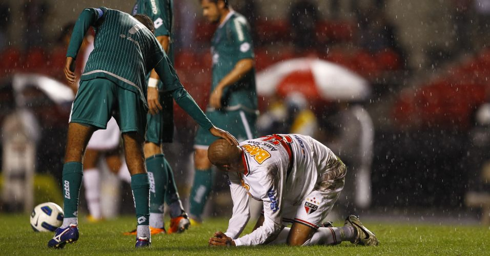 Amaral se desculpa com Alex Silva após derrubar zagueiro do São Paulo em disputa de bola