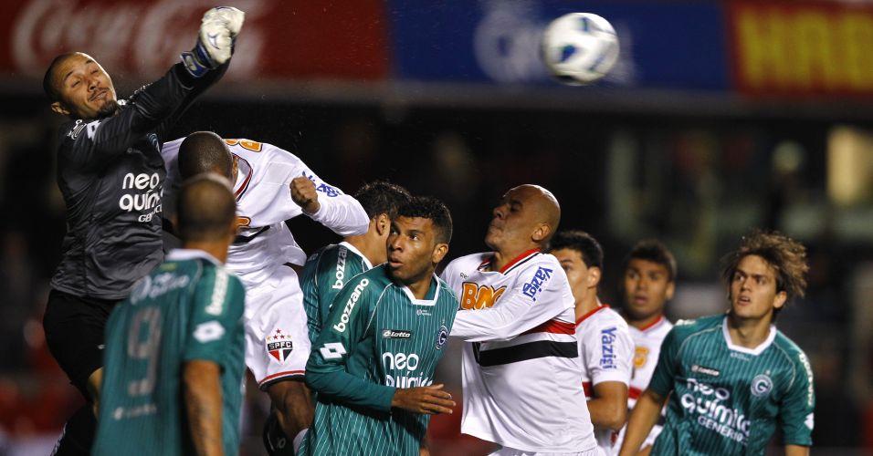 Goleiro Pedro Henrique, que entrou no lugar de Harlei no segundo tempo, sobe para afastar a bola em cruzamento na área do Goiás na derrota para o São Paulo