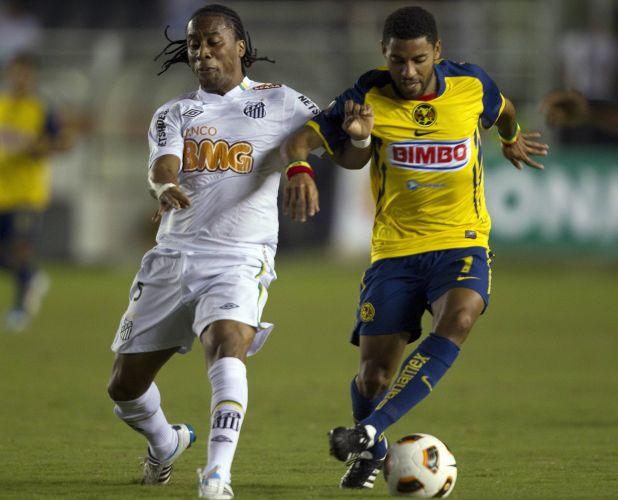 Arouca briga pela bola com Olivera no duelo entre Santos e América-MEX