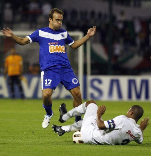 Roger é desarmado por Alexis Henriquez no jogo entre Once Caldas e Cruzeiro