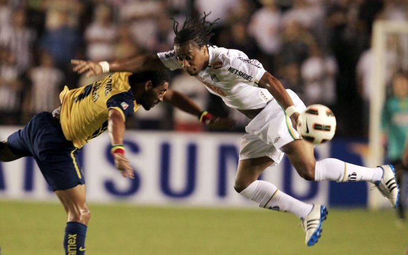 Arouca briga pela bola durante o jogo entre Santos e América-MEX