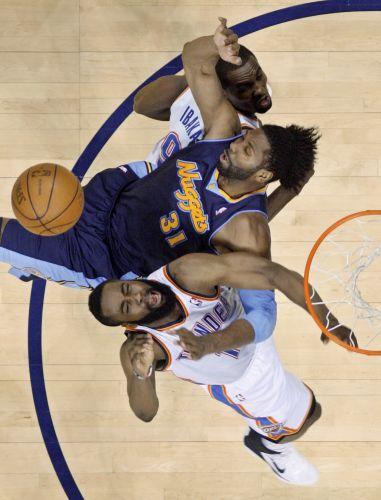 Brasileiro Nenê Hilário briga pela bola durante o duelo entre Oklahoma City Thunder e Denver Nuggets