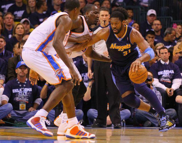 Brasileiro Nenê Hilário tenta passar por Kendrick Perkins no duelo entre Oklahoma City Thunder e Denver Nuggets