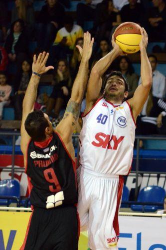 André tenta arremesso sobre marcacador do Joinville. Pinheiros foi derrotado na prorrogação e jogará quarta partida no sul do país