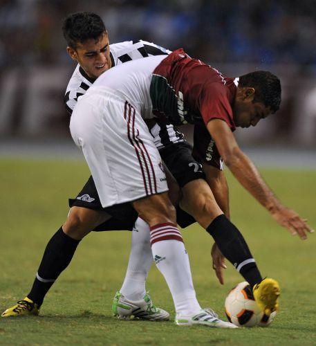 Gun disputa bola com Jose Nuez durante a partida entre Fluminense e Libertad pelas oitavas de final da Libertadores