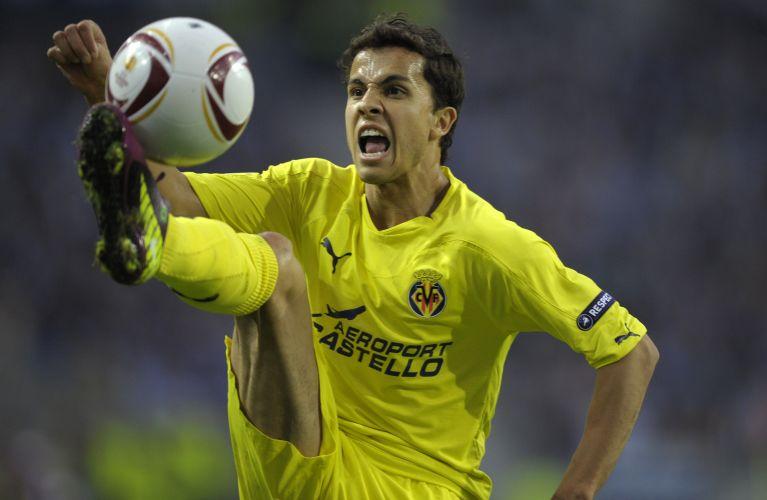 Nilmar tenta dominar a bola no primeiro tempo da partida de seu time, o Villarreal, contra o Porto; jogador deu assistência para gol de Cani no primeiro tempo, mas o Porto virou e fez 5 a 1, com quatro gols de Falcão