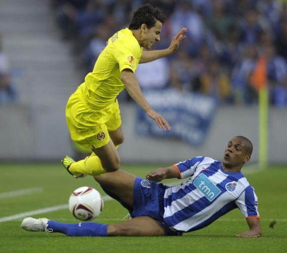 Nilmar disputa bola pelo Villarreal, na partida de ida contra o Porto, pela semifinal da Liga Europa; jogador deu assistência para gol de Cani no primeiro tempo, mas o Porto virou e fez 5 a 1, com quatro gols de Falcão