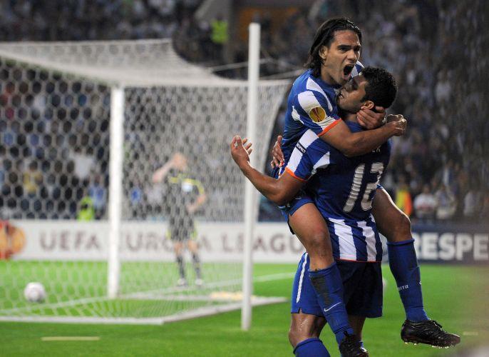 Hulk comemora gol com Falcão, que anotou quatro para o Porto contra o Villarreal
