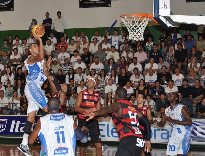 Douglas Nunes arrisca arremesso para o Bauru em duelo contra o Flamengo