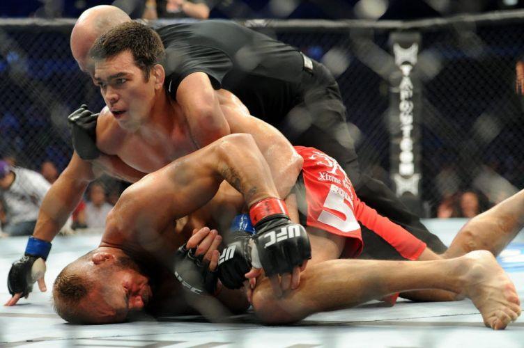 Randy Couture fica no chão após ser nocauteado pelo brasileiro Lyoto Machida em luta meio-pesado do UFC 129 em Toronto