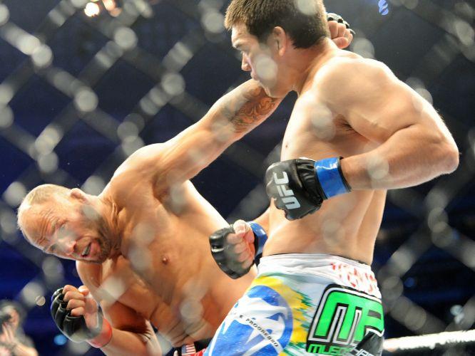 Lyoto Machida acerta golpe em Randy Couture e vence luta pela categoria meio-pesado por nocaute em Toronto