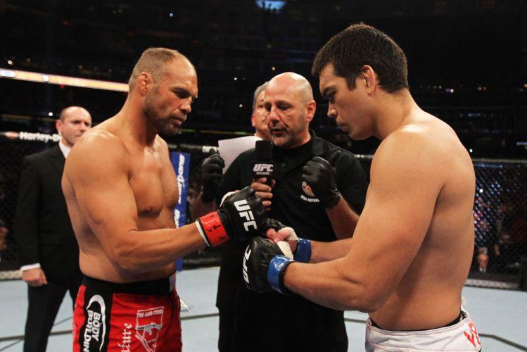 Randy Couture e Lyoto Machida se cumprimentam antes da luta no UFC 129