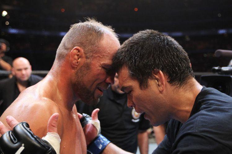 Lyoto Machida cumprimeira Randy Couture após vencê-lo no UFC 129, no Canadá