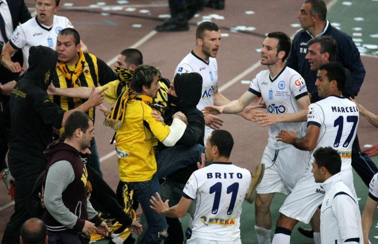 Torcedores se empurram após o fim da Copa da Grécia, vencida pelo AEK. A conquista desencadeou uma confusão generalizada no estádio Olímpico de Atenas.
